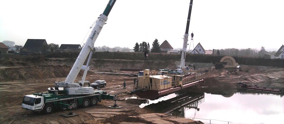 2012 war der erste See am Siekkrug ausgebaggert. Der Saugbagger musste die Straßenseite wechseln und wurde im neuen See eingesetzt.