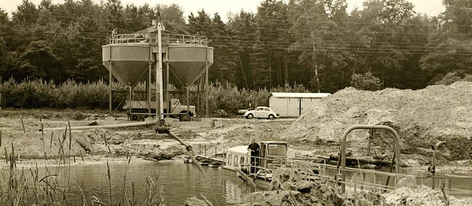 1956 kam in Ehrentrup die erste eigene Grube dazu. Zunächst war das ein Trockenabbau später wurde daraus ein Baggersee mit Saugbagger.